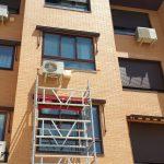 Andamio para la colocación del compresor en una instalación de aire acondicionado en Fuenlabrada, Madrid.
