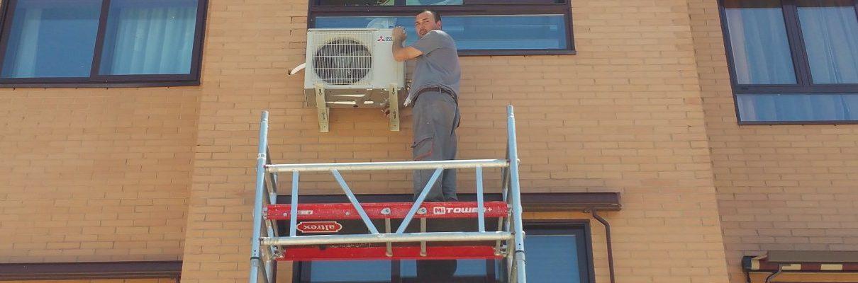 Instalación de aire acondicionado en Madrid en una fachada con andamio exterior.