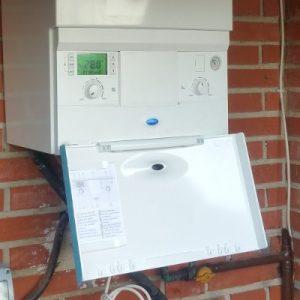 Panel de control de caldera Junkers instalada. Instalación de calderas de condensación en Fuenlabrada, Madrid.