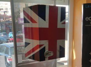 Caldera de condensación personalizada con vinilo con la bandera de Reino Unido con motivos que dan apariencia de bandera desgastada o descolorida.