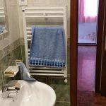 Instalación de radiadores toalleros en un aseo.