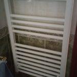 Radiadores toalleros en un aseo de una instalación de calefacción en una vivienda de Madrid.