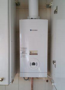 Instalación de calentadores en Madrid. Calentador intalado en un armario de cocina. El calentador para inadvertido.